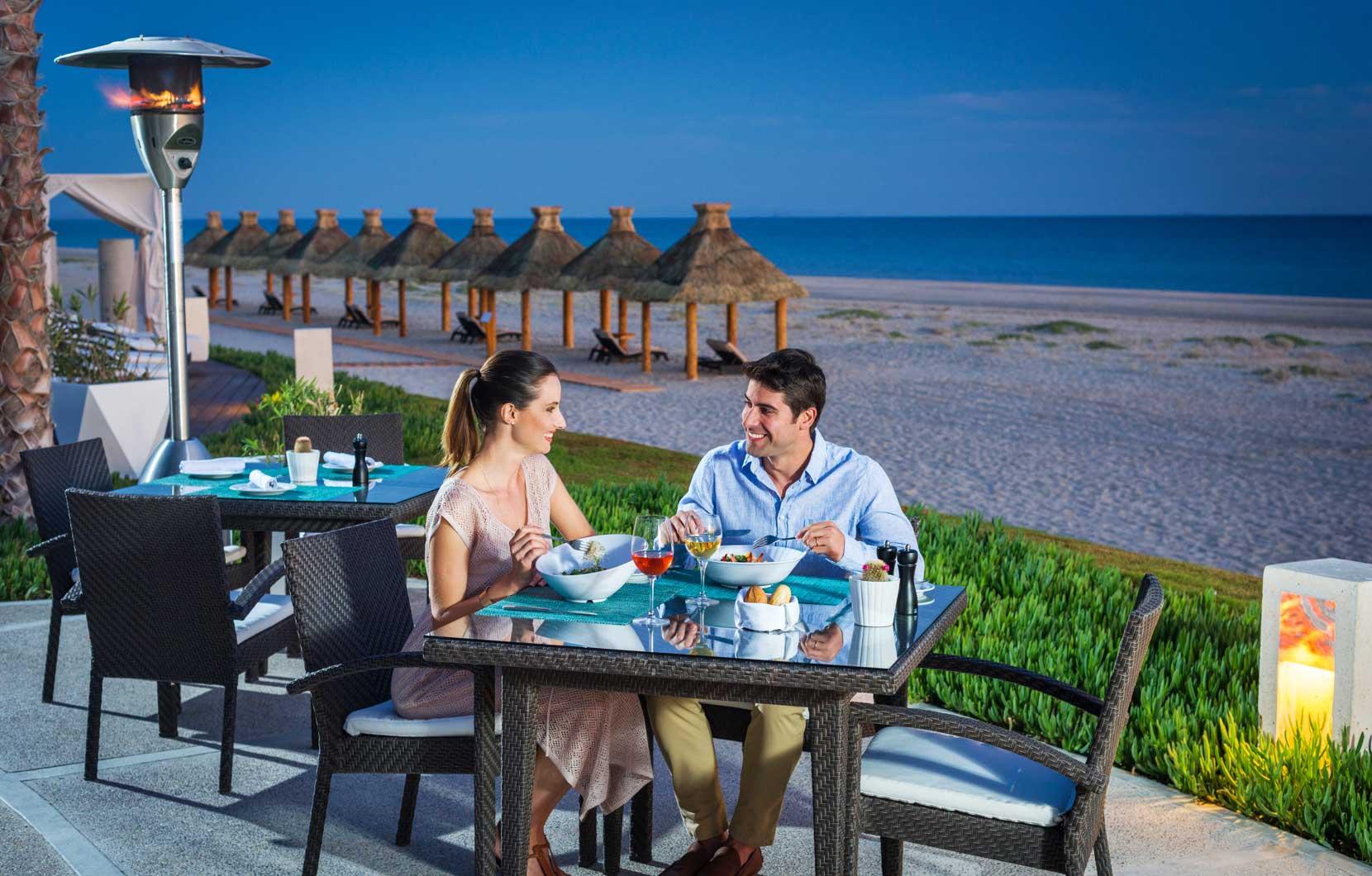 Los huéspedes de Vidanta Puerto Peñasco pueden sentarse en la terraza de Ola Mulata para disfrutar de una gran cena y de una hermosa vista de la playa.