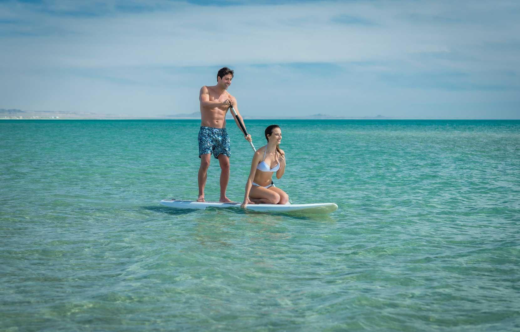 Practicar paddle boarding es la manera ideal de ejercitarse durante las vacaciones.